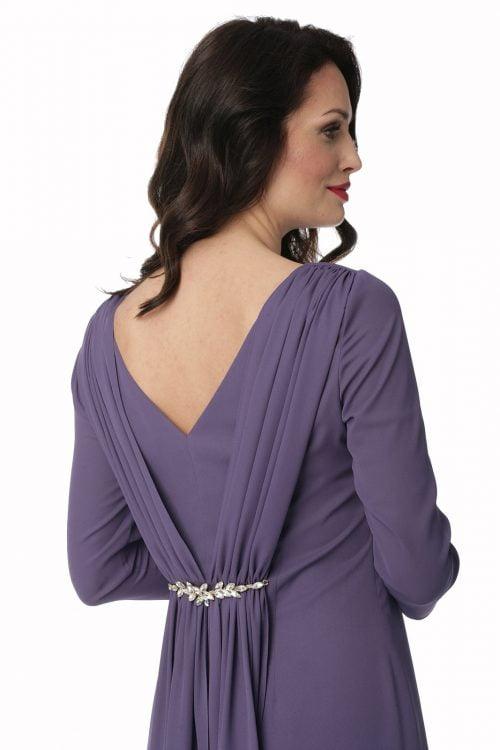 Fioletowa sukienka z draperią i biżuterią Diana