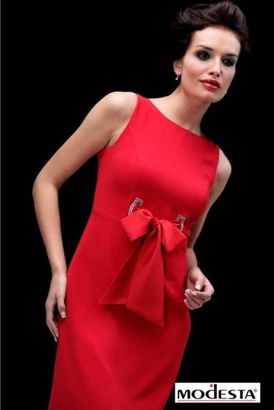 modelka wczerwonej sukience